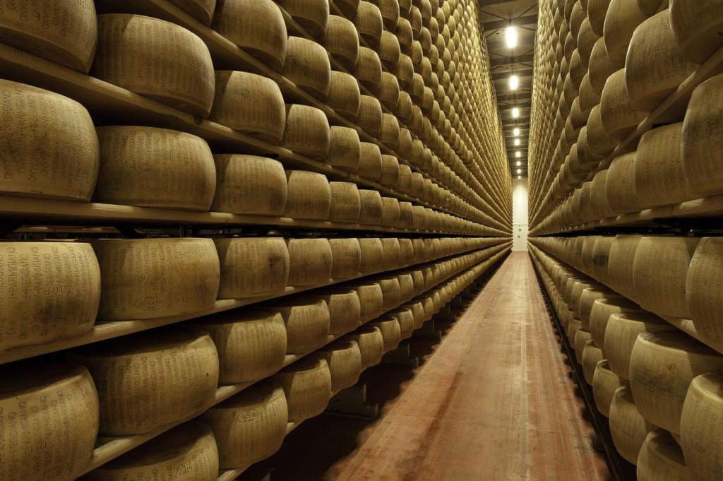 magazzino con formaggi
