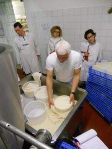 Carlo-Piccoli-insegna-a-realizzare-formaggi-al-corso-dell-Accademia-Internazionale-dell-Arte-Casearia
