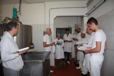 Carlo-Piccoli-durante-insegnamento-teorico-Accademia-Internazionale-Arte-Casearia