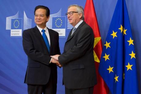 Stretta di mano tra Nguyễn Tấn Dũng, a sinistra, e Jean-Claude Juncker al termine dei negoziati