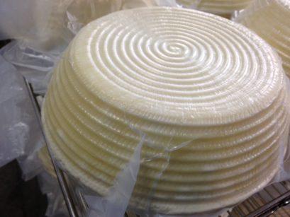 La membrana traspirante DSM avvolge il formaggio impedendo la formazione di muffe durante la stagionatura. Al termine della stagionatura, la crosta non deve essere più rimossa prima delle operazioni di taglio, aumentando la produttività (risparmio di tempo, meno scarti di prodotto)